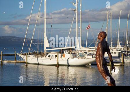 Statue sur le front de mer de Wellington, promenade artistique avec voiliers derrière la patte Max - 'Solace du Banque D'Images