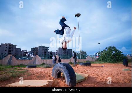 La Libye, Tripli: jeunes hommes pratiquant parkour se déplace. Banque D'Images