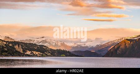 Lever du soleil, les montagnes avec de la neige sur le lac Wanaka, pic rocheux, Glendhu Bay, Otago, Nouvelle-Zélande, Southland