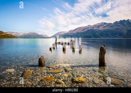 Jetée de pourri, vieux poteaux de bois dans le lac Wakatipu à Glenorchy, Région de l'Otago, Southland, Nouvelle Banque D'Images