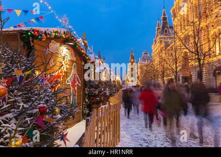 Moscou, Russie - le 08 décembre 2016: crépuscule sur l'arbre de Noël et marché de Noël à la place Rouge sur Décembre Banque D'Images