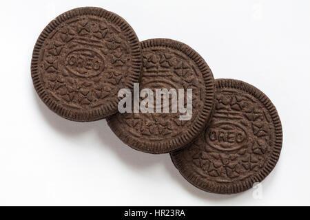 Trois nouveaux biscuits Oreo amincit wafer original isolé sur fond blanc Banque D'Images