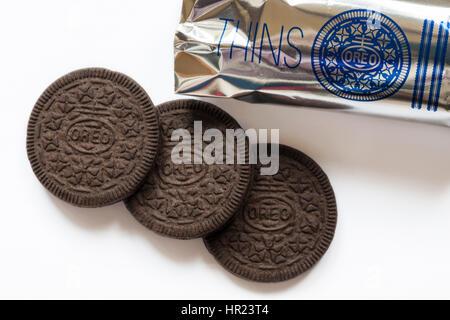 Trois nouveaux biscuits Oreo amincit wafer original avec aluminium retiré de box set sur fond blanc Banque D'Images