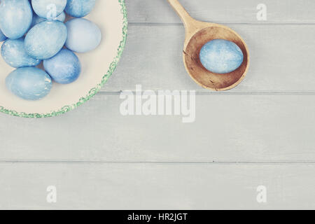 Couleur des oeufs de pâques un bleu naturel avec de l'espace pour copier l'espace.