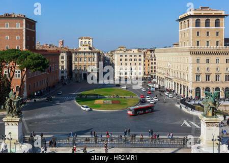 Vue sur la place de Venise, vers la Via del Corso, à partir du monument de Vittorio Emanuele, Rome, Italie Banque D'Images