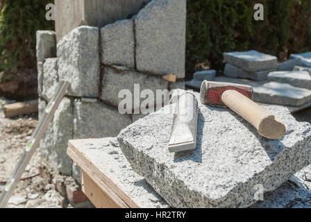 Ciseau carbure et un marteau, outils tailleur utilise. Banque D'Images