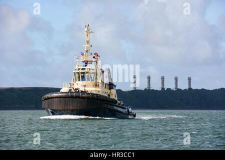 Svitzer haven passant pembroke power station en rentrant à Pembroke Dock Banque D'Images
