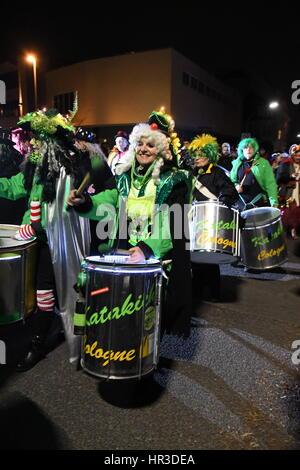 """Cologne, Allemagne. Feb 25, 2017. Revelers célébrant le carnaval de Cologne prendre part à un défilé """"Ghost"""" à Cologne, Banque D'Images"""