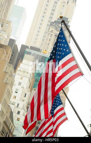 La ville de New York, USA - 26 septembre 2012: US flag dans l'arrière-plan des gratte-ciel de Manhattan. Banque D'Images