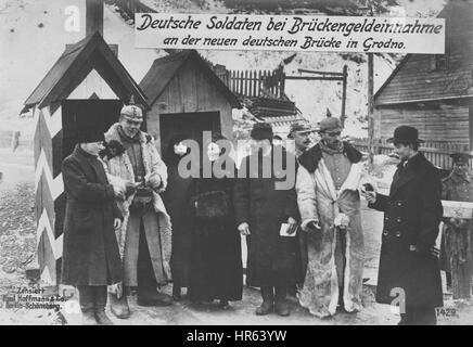 L'allemand WWII Carte postale représentant les soldats allemands occupant Grodno, 1915. À partir de la Bibliothèque publique de New York.
