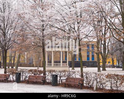 Parc de la ville de Drammen avec sa circulaire sur un pavillon de musique d'hiver enneigé idyllique, dans Buskerud Banque D'Images
