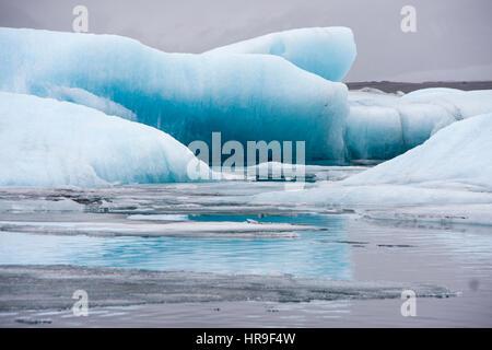 Les icebergs flottant dans le lagon glaciaire jökulsárlón Banque D'Images