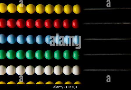 Perles Abacus dans un cadre. Feb 2017 perles Abacus de couleur utilisé pour le calcul en particulier dans le Moyen Banque D'Images