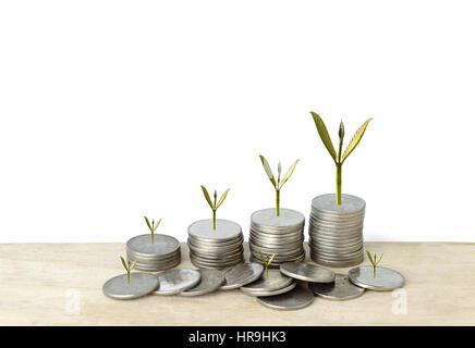 Pile de pièces en argent et arbre dans le concept de croissance dans un contexte isolé. Banque D'Images
