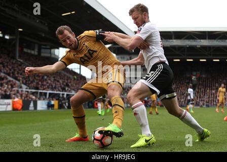 Tottenham Hotspur Harry Kane (à gauche) et Fulham's Tim Ream bataille pour la balle Banque D'Images