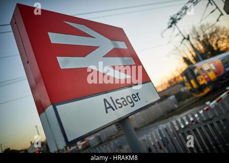 La gare de Alsager BR signe Double flèche logo dans East Cheshire, Angleterre, Royaume-Uni. Banque D'Images