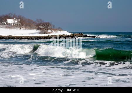 Surf hiver Côte Atlantique Maine New England USA neige froid vagues Banque D'Images