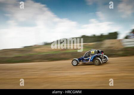Buggy bleu voiture de course sur route de terre sèche, grande vitesse tourné avec effet de flou. Copy space Banque D'Images