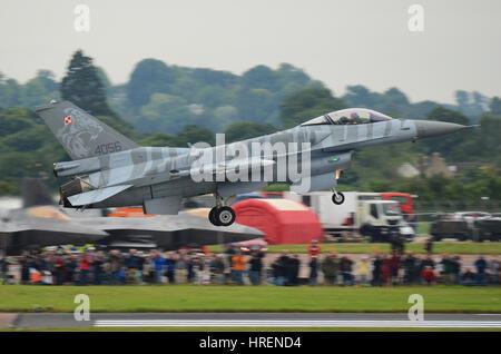 Aviation polonaise F-16 C Fighting Falcon jet avion de chasse atterrissage au Royal International Air Tattoo, Fairford. Foule. Les Gens. Espace de copie