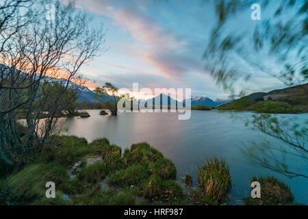 Le coucher du soleil, Glenorchy Lagoon, à l'arrière les montagnes, Glenorchy, à Queenstown, Southland, Nouvelle Banque D'Images