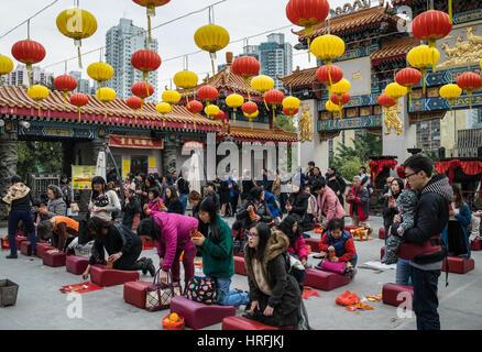 Les fidèles priant au temple de Wong Tai Sin à Hong Kong Banque D'Images