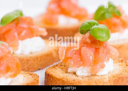 Canapés de saumon fumé, fromage à la crème et au basilic