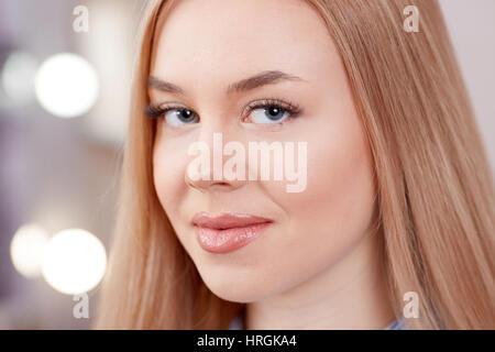 Procedure De Maquillage Permanent Des Sourcils Blonde Jeune