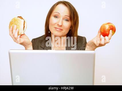 Burger oder als Schlüssel Jause w?hrend der Arbeitszeit - Burger ou apple sur le travail Banque D'Images