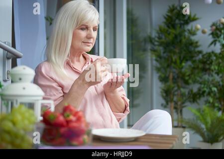 Bon café sur le balcon Banque D'Images