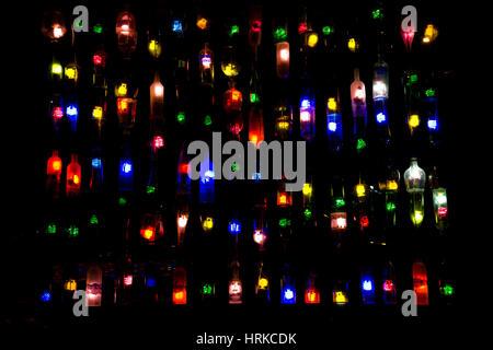 Bouteille de phares la nuit. Ampoules colorées de vieilles bouteilles d'alcool. Banque D'Images