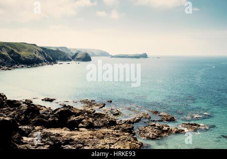 Coast UK - Plage et falaises à meneau Cove, péninsule du Lézard, Cornwall, England, UK Banque D'Images