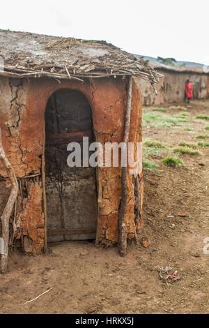 Maison de terre d'un village Masai au Kenya Banque D'Images