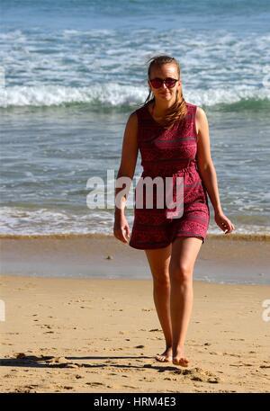 Jeune femme profitant des vacances sur la plage, ici gratuitement des foules de plage de Porto de Mos, à Lagos, Banque D'Images