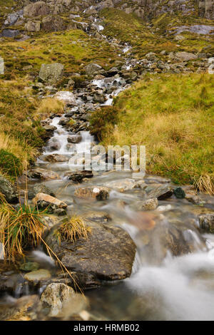 Un petit ruisseau de montagne sur le MCG Idwal piste dans le Parc National de Snowdonia dans le Nord du Pays de Banque D'Images