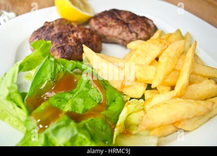 Hamburger grillé avec des frites de pommes de terre Banque D'Images
