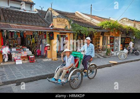 Cyclo dans l'ancienne ville de Hoi An. Province de Quang Nam, Vietnam. Banque D'Images