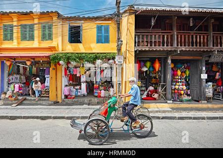 Cyclo dans la rue dans l'ancienne ville de Hoi An. Hoi An, Quang Nam Province, Vietnam. Banque D'Images
