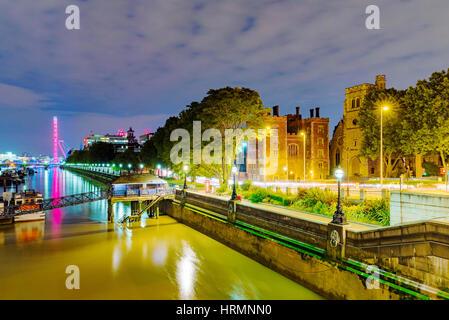 Riverside vue de Londres dans la nuit de lambeth bridge Banque D'Images