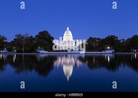 Capitole et miroir d'eau au crépuscule, Washington, DC Banque D'Images