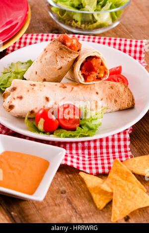 Tortillas au poulet et légumes. Banque D'Images