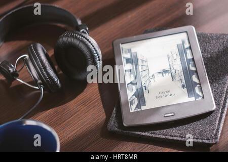 Paire d'écouteurs et ouvert sur l'ebook reader 24 Banque D'Images
