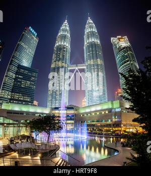 Kuala Lumpur, Malaisie - 24 juillet 2014: spectacle de fontaine de nuit en face de Tours Jumelles Petronas et centre Banque D'Images