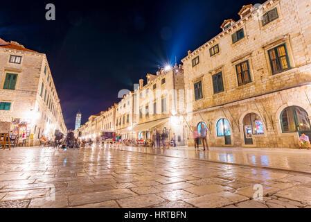 Dubrovnik, Croatie - le 22 septembre: c'est la rue principale de la vieille ville de nuit le 22 septembre 2016 Banque D'Images