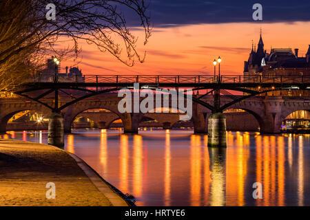 Lever du soleil sur la Seine, de l'Étang des arts et de l'étang neuf dans le 1er arrondissement de Paris (Ile de Banque D'Images