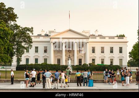 Les touristes se tenir en face de la Maison Blanche à Washington, D.C., USA. Banque D'Images