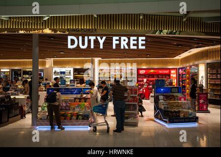 25.01.2017, Bangkok, Thaïlande, Asie - une boutique hors taxes située dans la zone de transit à l'aéroport Suvarnabhumi Banque D'Images