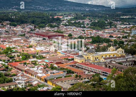 Vue sur la ville d'Antigua au Guatemala du Cerro de La Cruz