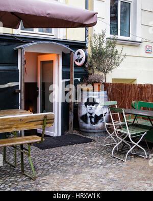 Berlin, Prenzlauer Berg. Varga Henneke restaurant extérieur avec tables pour les repas à l'extérieur de la chaussée Banque D'Images