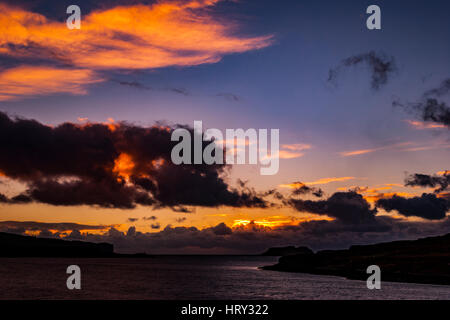 Coucher de soleil avec lumière crépusculaire sur le Loch Beag, île de Skye, regardant Ullinish Point, Bracdale Point, Point et de l'Isle Oronsay Ardtreck