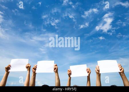 Vide de papier vierge signes sur fond de ciel bleu Banque D'Images